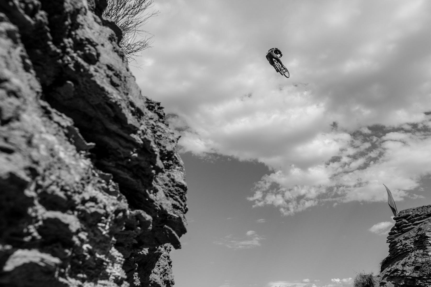 Loulou volant sur le canyon
