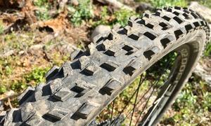 Le pneu, arrière, quelques crampons sont amochés