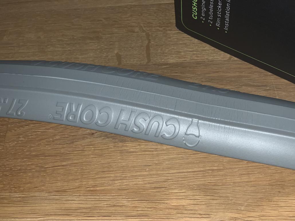 "comprend 2 Tubeless Valves CushCore Pro Tire Inserts Set 26/"" Paire"